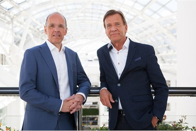 (l-r) Jan Carlson, chairman, chief executive and president of Autoliv, with Håkan Samuelsson, president and CEO of Volvo Cars. Photo courtesy of Volvo Cars.