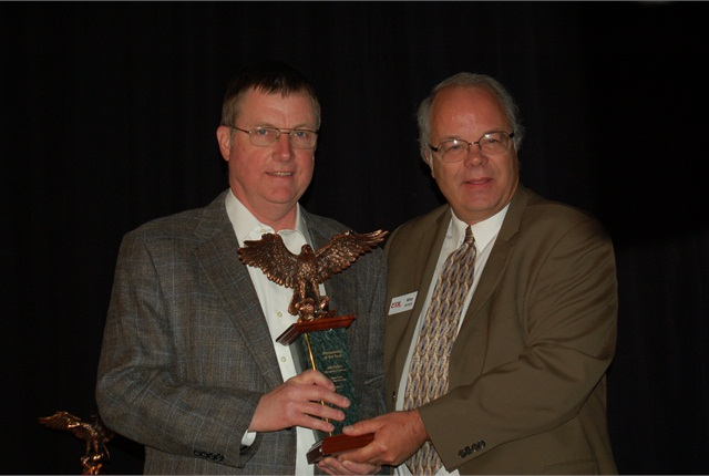 Jeff Barber of State Line Auction (left) receives the 2014 Remarketer of the Year Award from Automotive Fleet Editor Mike Antich.