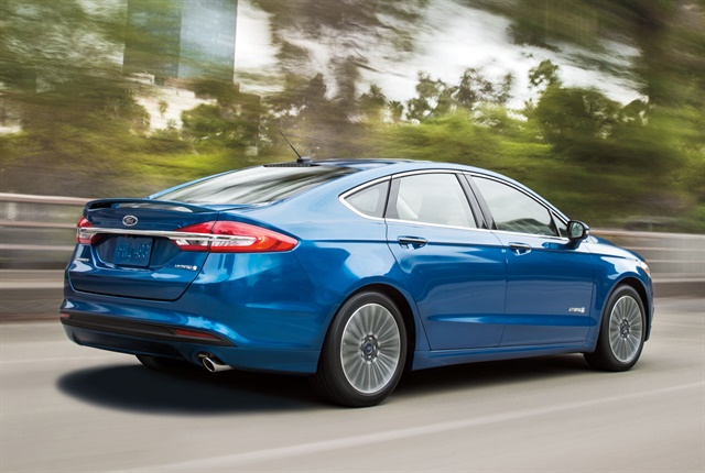 Photo of the 2017 Fusion Hybrid SE courtesy of Ford.