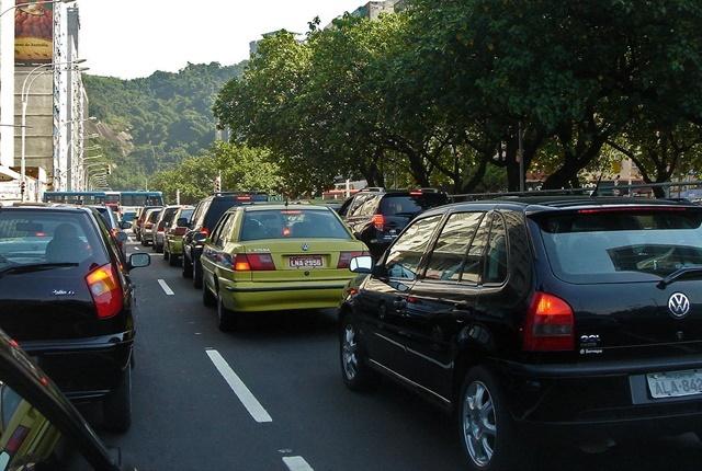 Traffic jam in Rio de Janeiro courtesy of Mario Roberto Duran Ortiz Mariordo via Wikimedia Commons