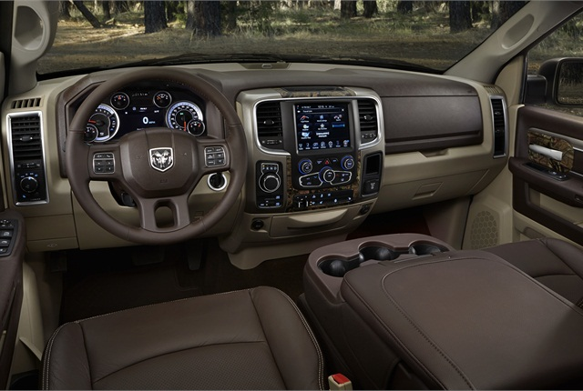The centru column of the instrument panel is finished in Mossy Oak Break-Up Infinity.
