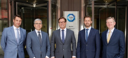 Patrick Fruth (CEO, TÜV SÜD Auto Service), Hans Damen (Managing Director, TCOPlus), Left-Right: Rainer Laber (CEO, FleetLogistics Group), Bart Vanham (Managing Director, TCOPlus), Jürgen Immer (CFO, TÜV SÜD Auto Service). Photo: TUV SUD