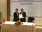 (l) Tran Ba Duong, President of THACO, and (r) Denis Martin, Executive Vice-President China and ASEAN of PSA Group during the signing of the agreement.