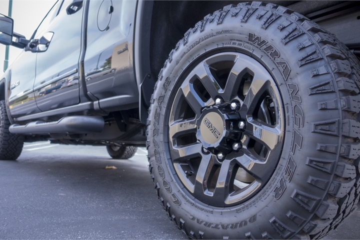 All Terrain Truck Tires >> The truck rides on LT275/65R18 Goodyear Duratrac MT-rated tires fitted - GMC's 2017 Sierra HD ...